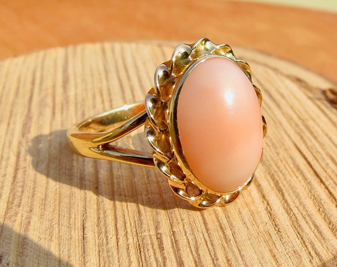 Big vintage 9k yellow gold coral ring