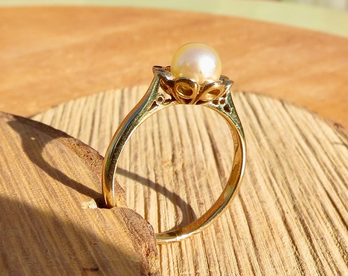 Vintage 9k yellow gold, cultured pearl solitaire ring