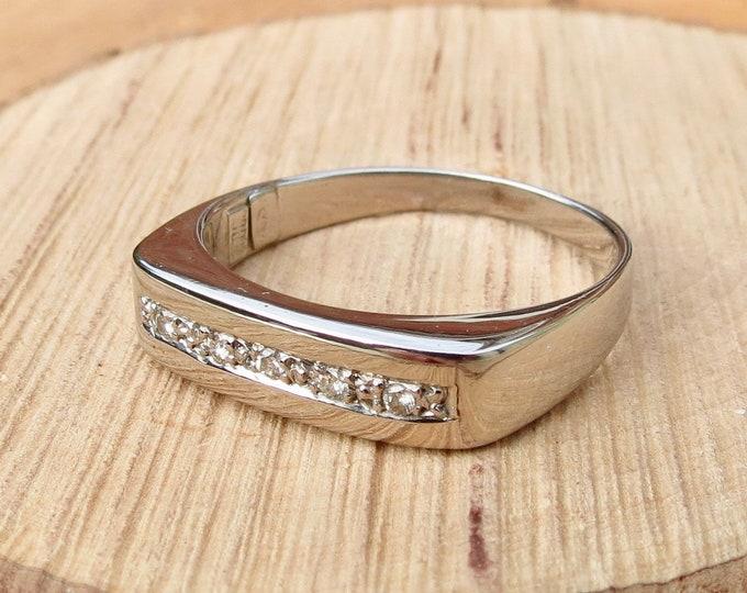 Gold diamond ring. An 18K white gold diamond ring.