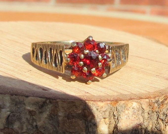 Gold garnet ring. A Vintage 9K yellow gold red garnet daisy ring from the 1970's