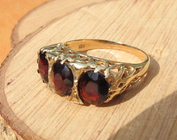 Gold garnet ring. Vintage ornate 3 carat red garnet trilogy ring, hallmarked 1979