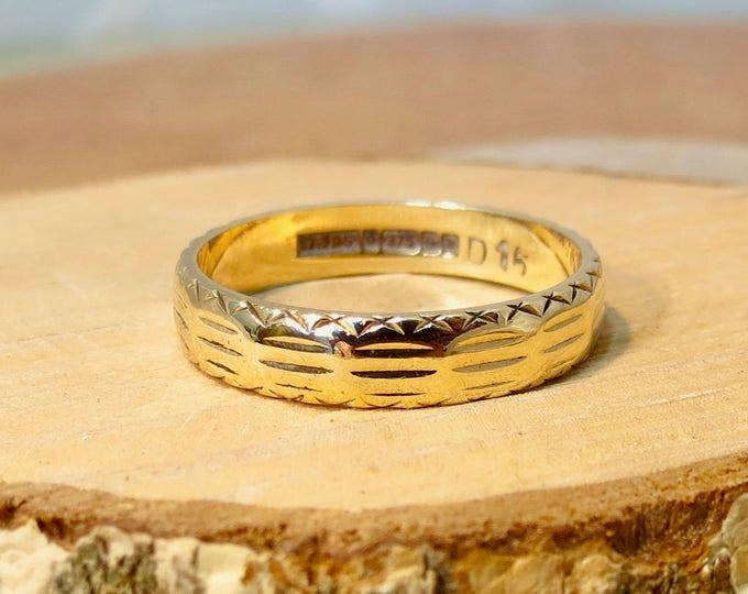 Gold wedding ring, 9K yellow gold engraved design.