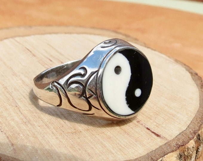 A vintage sterling silver black and white 'yin yang' ring