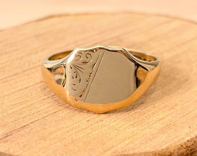 Gold signet ring. Vintage 9K yellow gold, date 1958 .