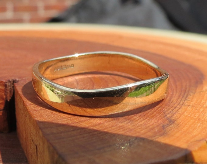 Wedding ring, vintage 9K flat turned square band in 9K yellow gold