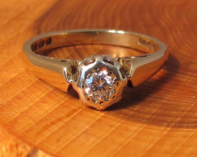 A vintage 9K yellow gold solitairé diamond engagement ring.