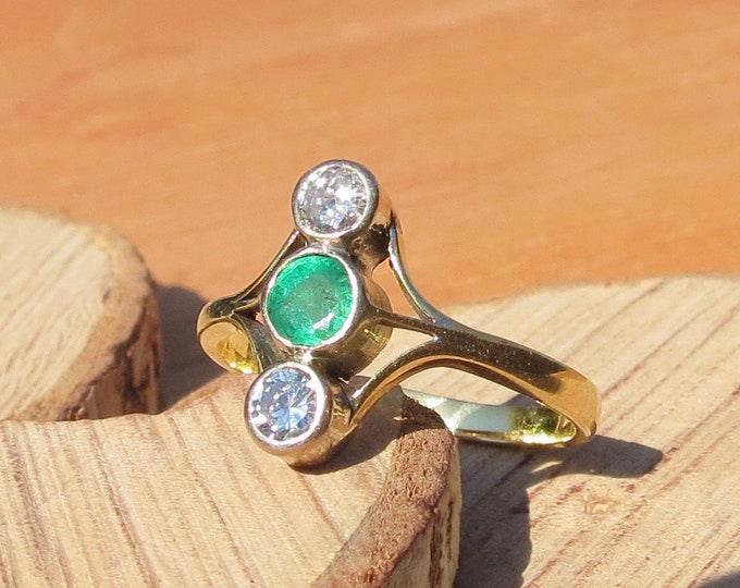 Gold emerald ring. Vintage 18K yellow gold emerald and diamond ring.