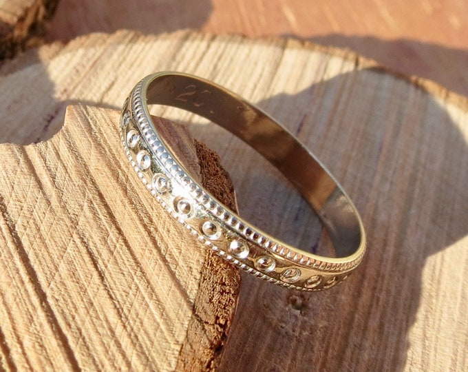 White gold ring. A 18K white gold decorative band