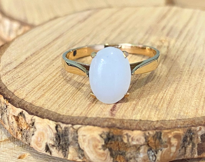 Gold agate ring. A vintage 9k yellow gold white agate cabochon solitaire ring