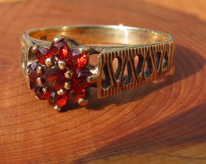 A Vintage 9K yellow gold red garnet daisy ring.