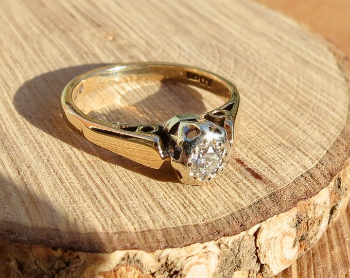 Gold diamond ring. A vintage 9K yellow gold solitairé diamond engagement ring from 1972