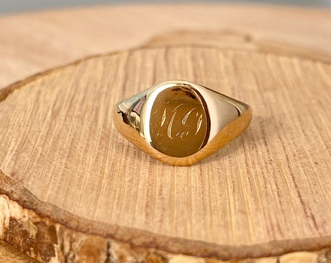 Gold signet ring. Vintage 9K yellow gold, date 1946. Small finger size