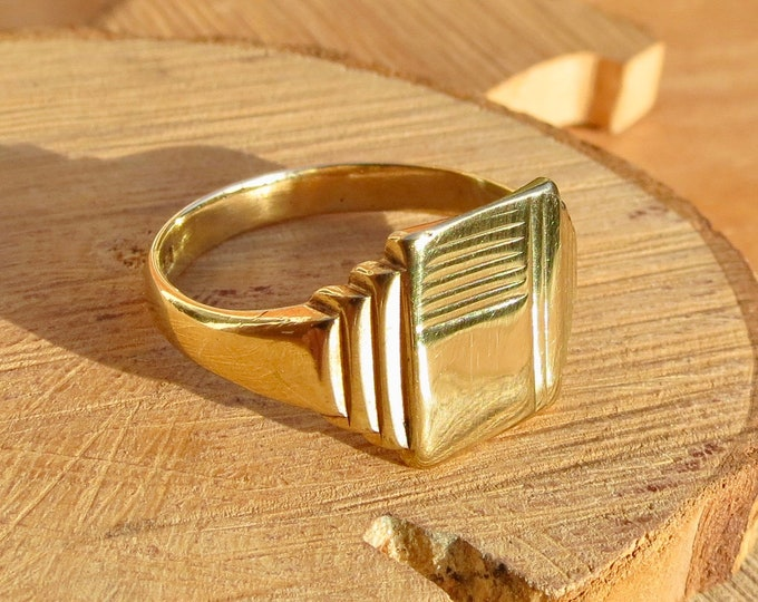 Vintage Big 9K yellow gold decorative engraved signet ring. Dated 1975
