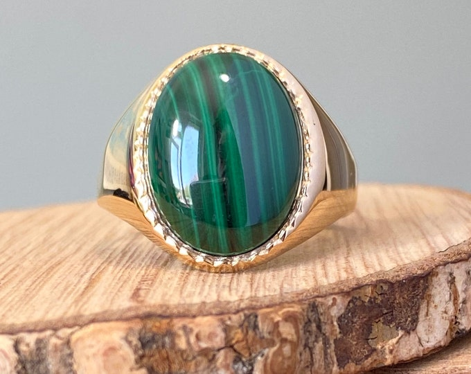 Gold signet ring, Vintage signet ring with a green malachite cabochon in 9K yellow gold.