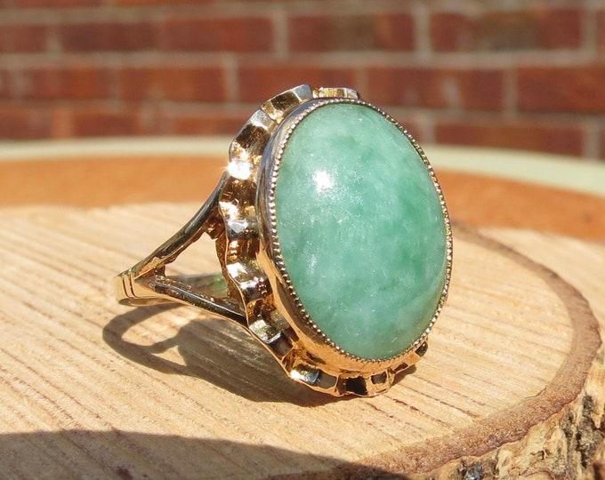 Gold Jade ring. 1970's vintage 9K yellow gold jade ring