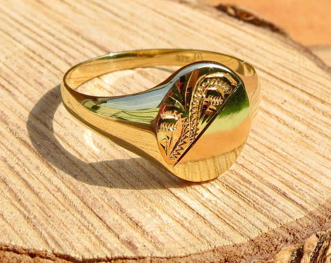 9K yellow gold big sized decorative engraved signet ring.