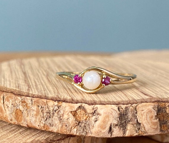 Gold pearl ring. 9k yellow gold, natural pearl and