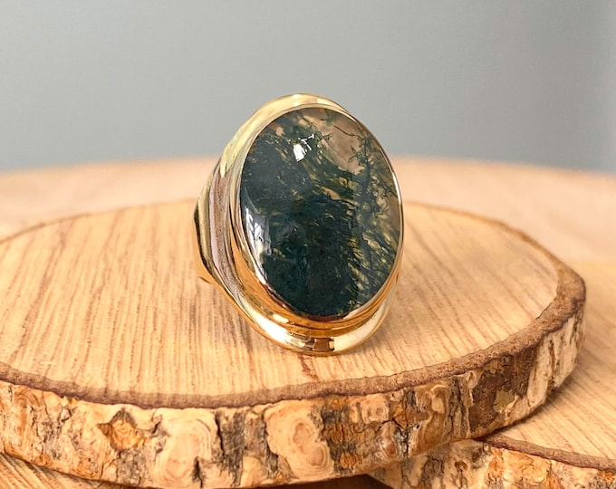 Gold mossagate ring. A big 9k yellow gold opal cabochon ring