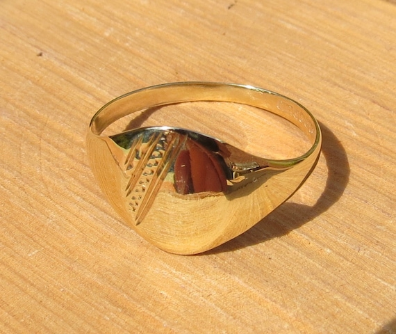 Irish vintage 9K yellow gold decorative signet ring