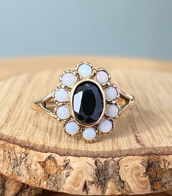 Gold sapphire ring. A 9K yellow gold sapphire and