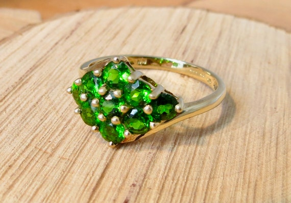 A 9k yellow gold chrome diopside cluster ring