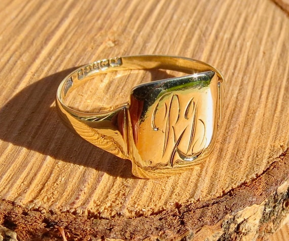 Old antique 9K yellow gold decorative monogram signet ring. Dated 1873