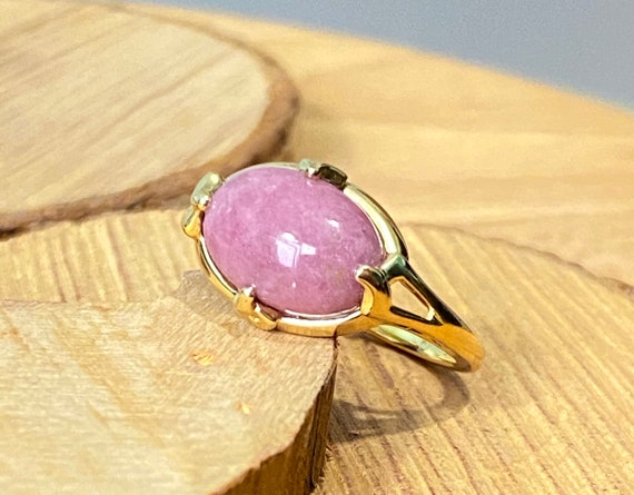 Gold pink ring. A 9k yellow gold pink opal cabocho