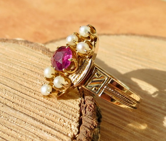 Vintage yellow gold red garnet and pearl ring.