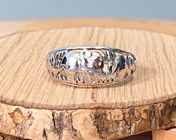 Gold elephant ring. 9K white gold ring with three elephants carved in relief.