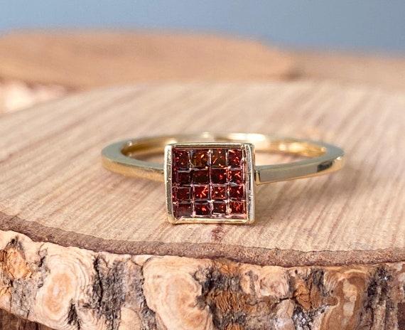 Gold garnet ring. A Vintage 10K yellow gold red ga