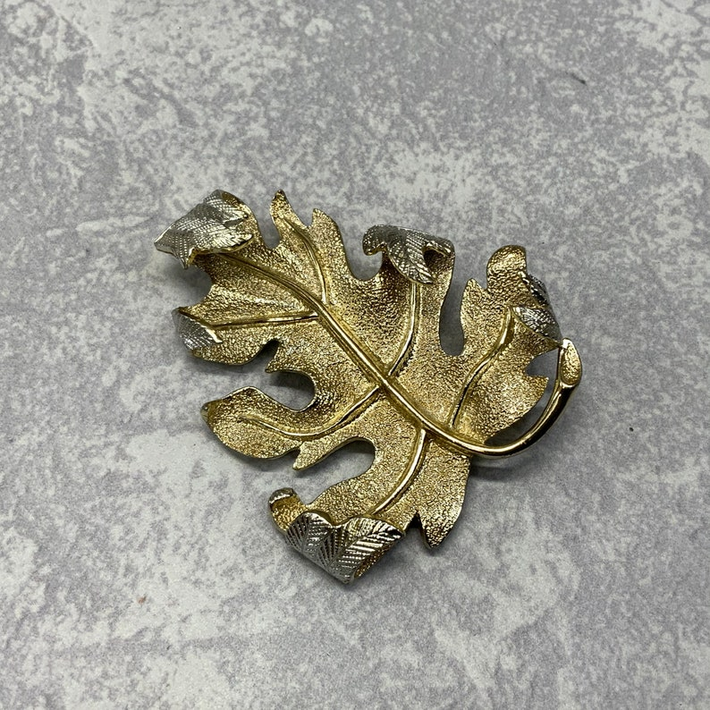 Vintage Sarah coventry large oak leaf brooch in gold tone metal