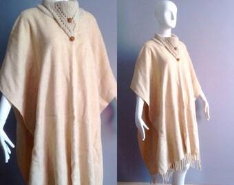 Vintage Boho Hippie etnico Poncho ~ organici frangia lana drappeggiato  scialle ~ a mano a maglia coperta Festival cappotto Duster b8f04fb1ab9
