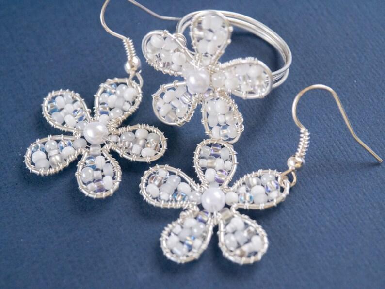 white beaded flowers jewellery set,nature jewelry set,sweet jewelry,cute jewelry,dangle earrings,beadwork earrings,fancy jewelry,bohemian