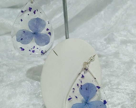 Beautiful resin earrings with real hydrangea flowers and purple flakes