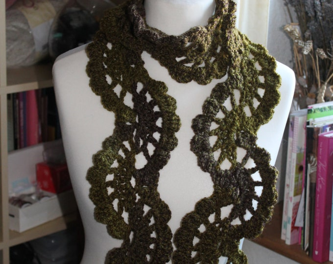 Crochet scarf in chunky varigated yarn