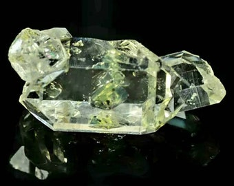 Quartz Petroleum Enhydro 1.26gr.  Fluorescent under UV. 18.4x7.9x6.9mm. Port offered.