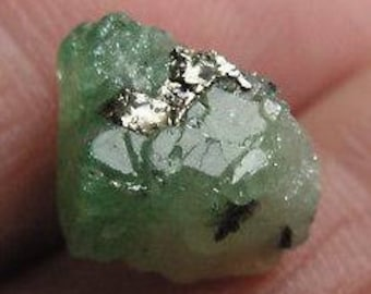 Tsavorite Crystal with Pyrite and Calcite de Merelani, Tanzania 9.1 cts.