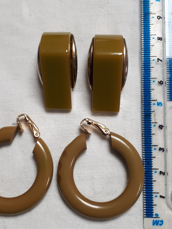 hoops and wedges 2 pairs pea soup VINTAGE bakelite clip earrings