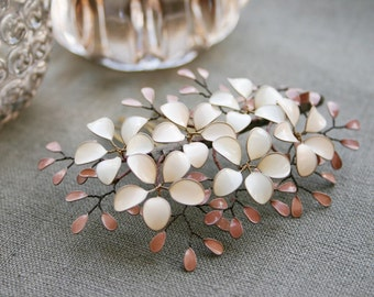 Small decorative haircomb with little flowers and leaves, in nude and cream tones, bridal, wedding, comb, vintage style, hair accessory