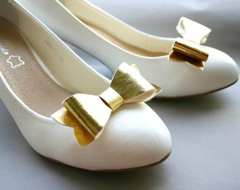 Golden Girl! Bow shoeclips in golden metallic leatherette, bows, shoe clips, preppy, wedding, gold, faux leather
