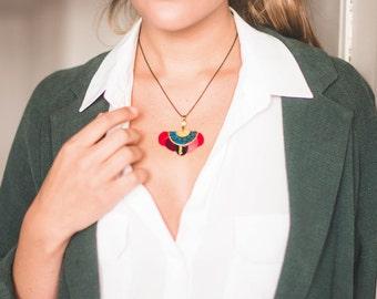 Gilda - Collier bohème romantique d'inspiration art déco à plumes rouge, rose, prune, noir, doré