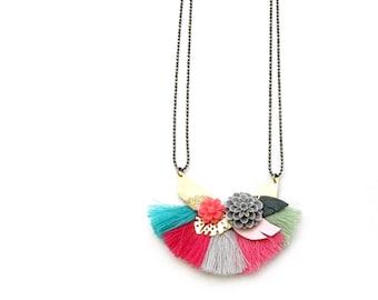 Flora - Collier pompons bohème coachella turquoise, gris, rose, printemps, été