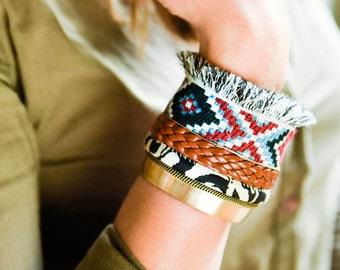Navajo - Bracelet manchette bohème ethnique chic en laiton, cuir, chaînette, tissu chevrons rouge, bleu, blanc