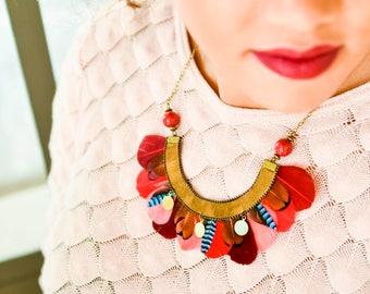 Tae - Collier plumes plastron ethnique chic, rouge, rose
