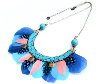 Tae - Collier plastron plumes ethnique chic bleu et rose orangé