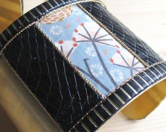 Solange - Bracelet manchette inspiration art déco en laiton, croco noir et motif fleurs japonisant bleu