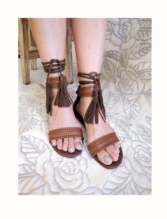SANDALES en cuir marron pour pour pour femme w / pétoncles usiné détail, marron cuir apparteHommes ts. Pompon de Laura Pretty sandales d'été. Chaussures de Bohème. Chaussures plates b860e6