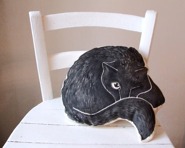 Cuscino a forma di gatto nero che dorme dipinto a mano for Cuscino per cani fai da te