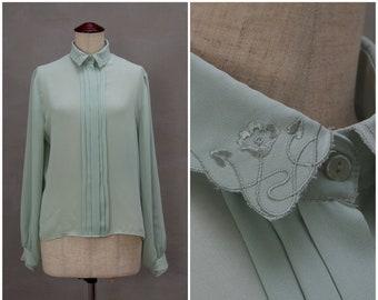 Chemisier, blouse distinguée des années 1980, Chemise chemisier avec plaqué devant et col brodé et aux poignets, long à manches Secrétaire vert sombre