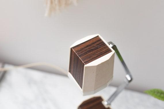 Image d d une lampe de bureau en métal sur le bureau en bois à